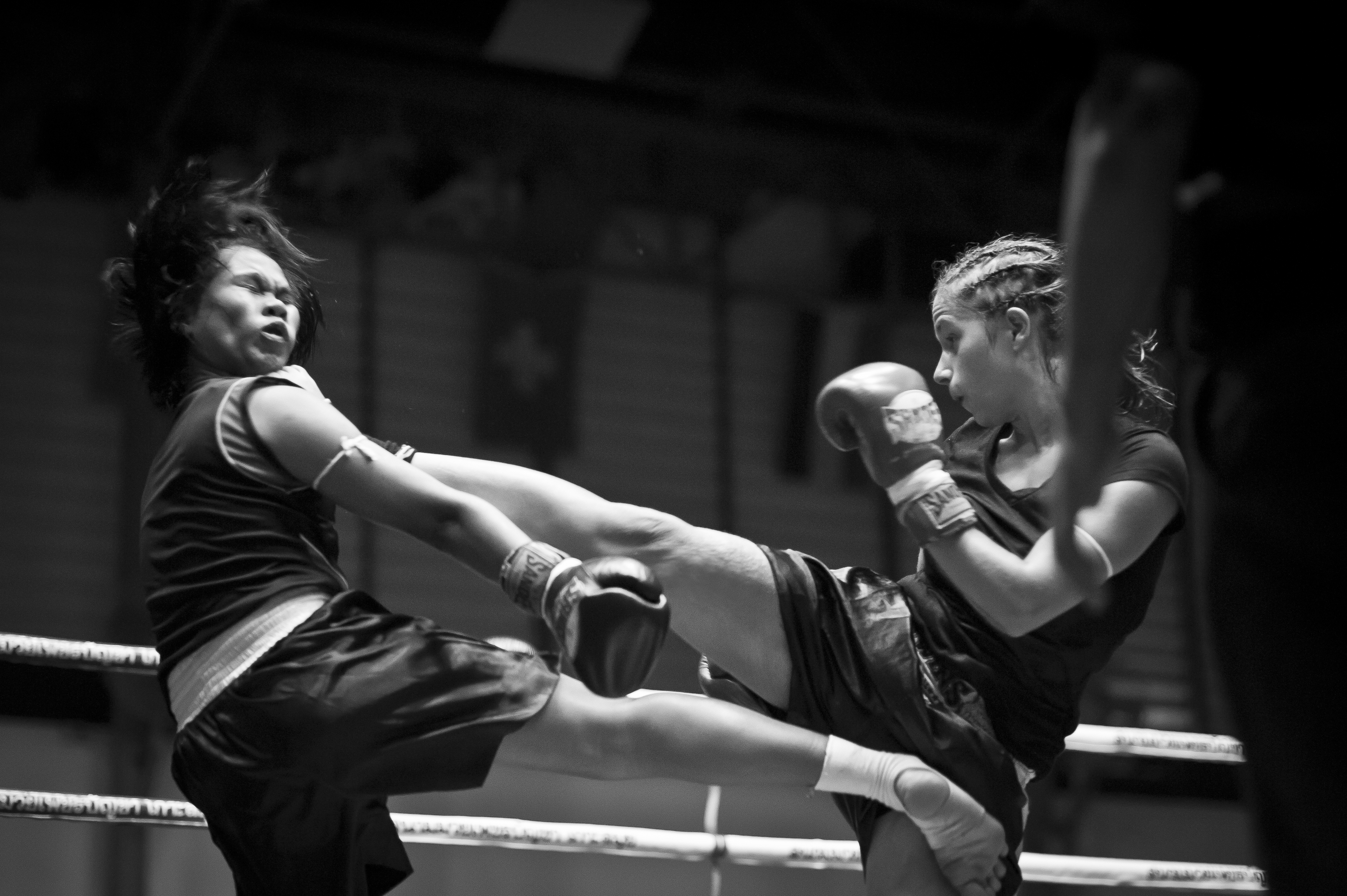 Maëlle Pariez vs thai fighter - High kick